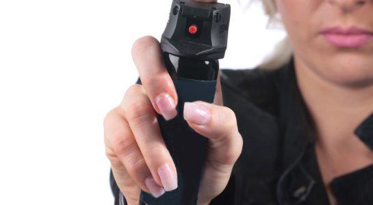 donna utilizza spray antiaggressione peperoncino