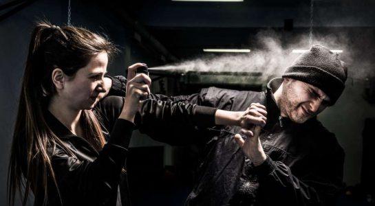 ragazza spruzza spray peperoncino aggressore