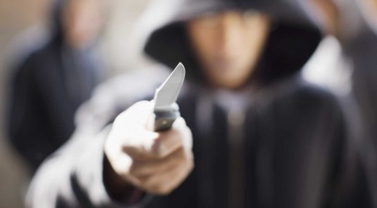 uomo minaccia coltello aggressione